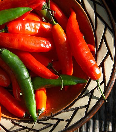 Chili                         Csípős vegyületeinek köszönhetően a chili, valamint az erős paprika fogyasztása vérbőséget okoz a garatban és a légutakban - enyhítve ezáltal a megfázásos tüneteket. Emellett baktérium és vírusölő hatással is bír, tehát nem csupán a tüneteket csökkenti, hanem a kórokozókkal is elbánik. Ízesítsd vele az ételeidet, italaidat: teheted levesbe de akár kakóba is a chilit.