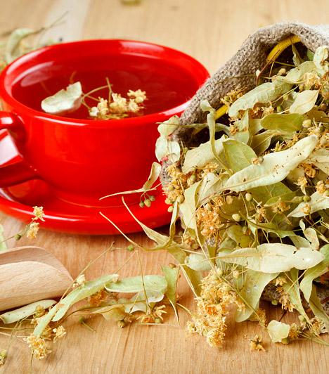 Hárs                         A hárs virága egy sor értékes tulajdonsággal bír. Izzasztó hatása miatt tea formájában kiválóan alkalmazható nátha és meghűlés ellen. Nyálka-és cseranyagtartalma következtében a hársfavirág csillapítja a köhögést, fokozza a váladékképződést és erősíti az immunrendszert.                         Kapcsolódó cikk:                         Ezt idd nátha, fejfájás és láz ellen! »
