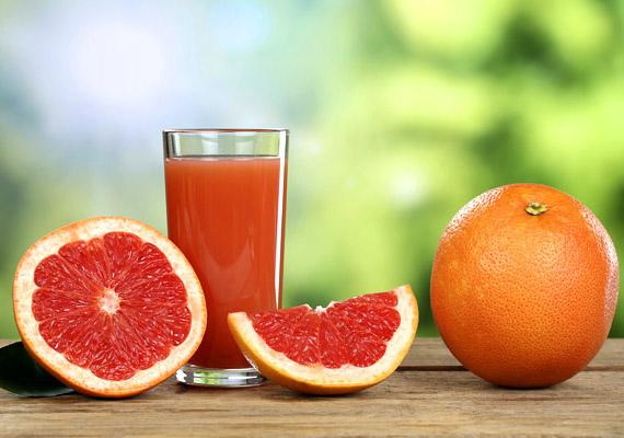 A grépfrútlé furanokumarin-vegyületeket tartalmaz, amelyek gátolják az úgynevezett citokróm enzimrendszer működését. Ezek az enzimek bontják le a szervezetben a gyógyszereket, ezért gátlásuk következtében több gyógyszer éli túl az emésztőrendszerben való tartózkodást, mint amennyit test kezelni képes. Nem tanácsos gréfrútlével együtt bevenni a vérnyomáscsökkentőket, a rákgyógyszereket, a koleszterinszint-csökkentőket és a szervátültetés után adott immunszupresszánsokat. Bővebb információt itt találsz!