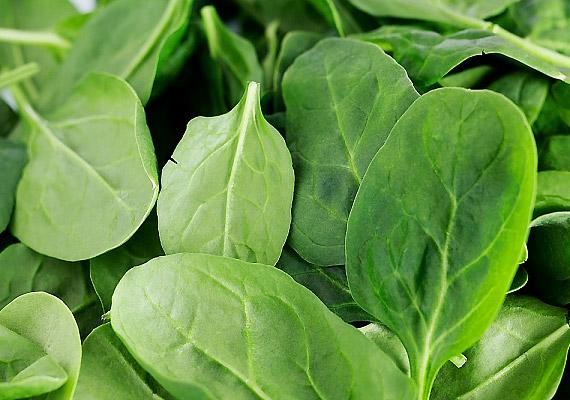 A sötét színű leveles zöldségek - mint a spenót, a brokkoli, valamint a fejes saláta - kiváló K-vitamin-források. Ez a vitamin támogatja a máj méregtelenítő funkcióját, valamint a bélflóra egészséges működését, hozzájárulva ezáltal a szervezeten belül kialakult gyulladásos folyamatok csillapításához.