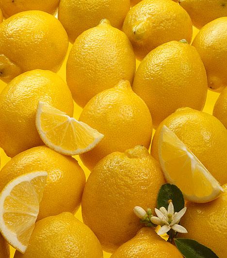 CitromA citrom magas a C-vitamin tartalmának köszönhetően erősíti az immunrendszert, csökkenti a gyulladásos betegségeket, és segít a nátha megelőzésében, valamint kezelésében is. Fogyassz minél többet a déli gyümölcsből az őszi-téli hónapokban.Kapcsolódó cikk:Évezredes gyógyszer a konyhádból »