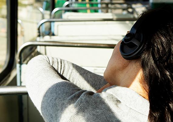 Nézz előre, a messzi távolba, hogy agyad jobban össze tudja hangolni a szemből származó információkat az egyensúlyszervvel.
