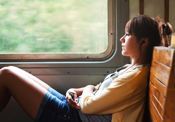 Utazás közben hallgathatsz zenét is fülhallgatóval. Ezzel a módszerrel kizárod a külső zajokat, ami nyugtató hatással lehet a szervezetre.