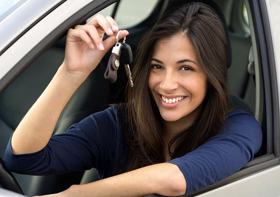 Vezess! Sokan csak addig vannak rosszul az autóban, amíg nem ők ülnek a volánnál. Vezetés közben nem csak könnyebben összehangolja a belülről és a kívülről jövő információkat az agy, de annyira lefoglal, hogy könnyebben elkerül a rosszullét.