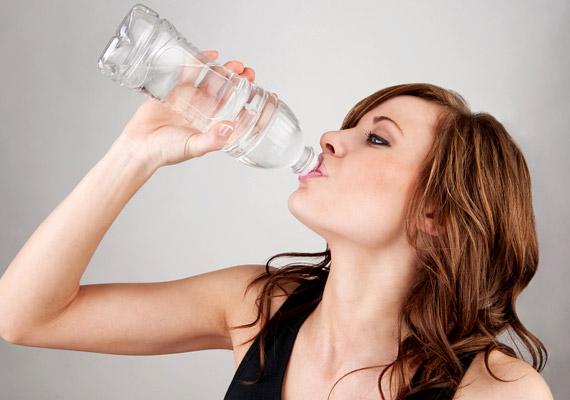 Akármi is legyen a hányinger oka, egy kevés hideg víz segít enyhíteni azt. Utazás közben jó, ha mindig van a kezed ügyében egy félliteres palack.