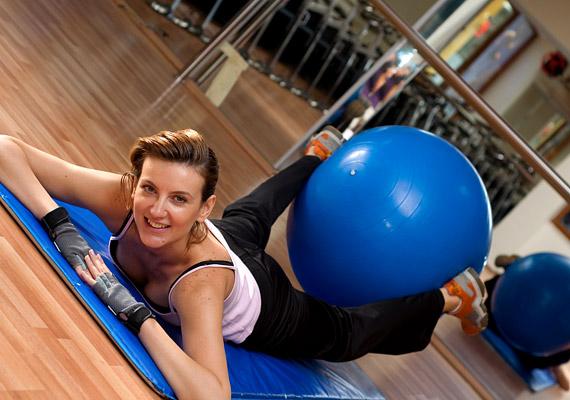 Ha hátfájós vagy, érdemes beszerezned egy óriáslabdát, mely mind sportoláshoz, mind irodai munkához remek választás - mozgásban tartja a gerinc körüli izmokat. Tudj meg róla többet!