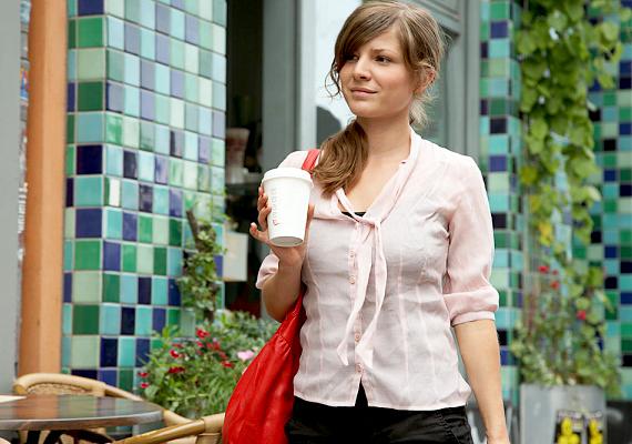 Való igaz, hogy egészségesebb lenne, ha hátizsákot hordanál, ám a hátfájás megelőzése szempontjából már azzal is sokat tettél, ha nem viselsz túl nagy, illetve túl nehéz válltáskát, valamint felváltva hordod a jobb és a bal válladon.