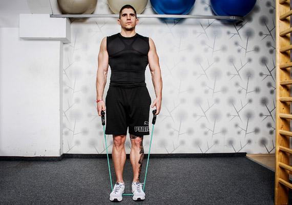 Vállvonogatás: állj egyenesen, fogd meg a kötelet, és lépj rá a közepére mindkét lábaddal. A talpad közepe alatt fusson a kötél, nehogy a gyakorlat közben felcsapódjon.