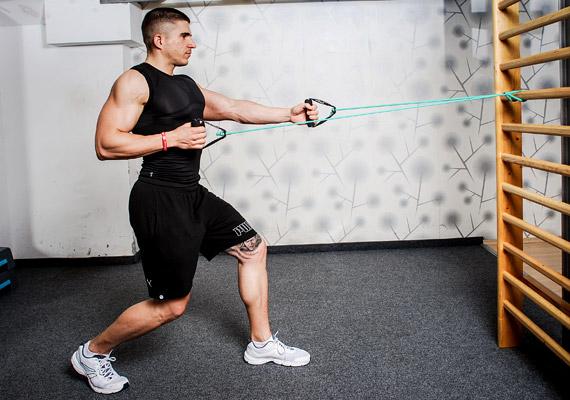 Evezés váltott kézzel: rögzítsd a kötelet a has magasságban, egyik lábbal lépj előre, hogy stabilan állj, a térdek legyenek enyhén behajlítva. A hátad egyenes, és derékszöget zár be a talajjal. Végig figyelj arra, hogy homoríts!