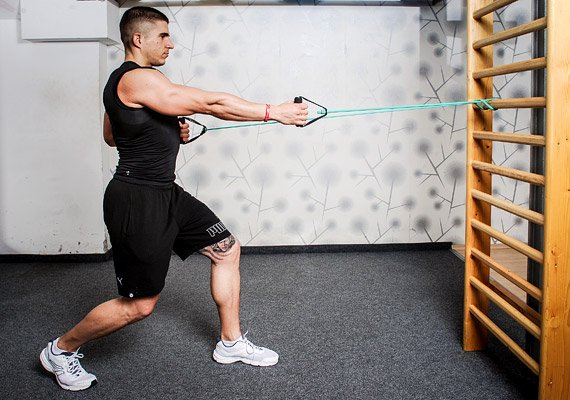 Felváltva jobb és bal karral húzd be tested mellé a kötelet úgy, hogy a felkar szorosan a felsőtest mellett maradjon, és a könyök se forduljon ki. Végezz 3x15 ismétlést.