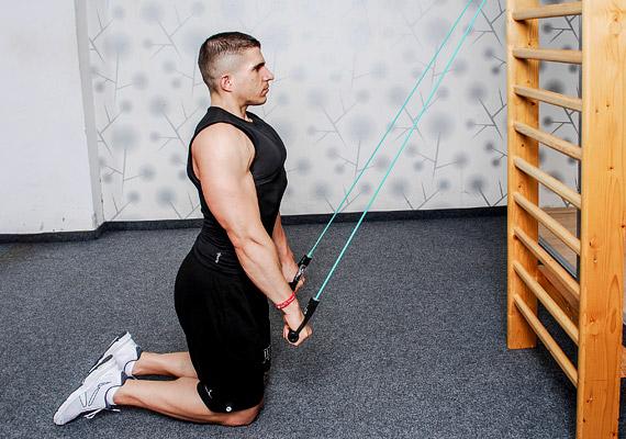 Párhuzamos, nyújtott karokkal húzd a kötelet egészen addig, amíg a combjaidat el nem éred. Végezz 3x15 ismétlést.