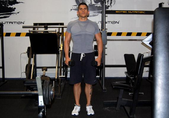 A harmadik gyakorlatnál kiindulási helyzetben a lábak kinyújtva, stabilan a talajon helyezkednek el, a vállak leengedve, a kezekben egy-egy súlyzó.