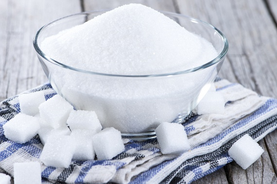 A hétköznapi méreg kifejezést leggyakrabban talán a cukorral kapcsolatban használják, nem véletlen, hogy az Egészségügyi Világszervezet, a WHO is drasztikusan szigorítaná a napi ajánlott bevitelt. Véleményük szerint arra kellene törekedni, hogy a napi bevitel 25 gramm alá szoruljon, így el lehetne kerülni mértéktelen fogyasztásának olyan lehetséges következményeit, mint az elhízás, a cukorbetegség, a gyomorfekély, a savkiválasztás és a reflux kialakulásának fokozása, a gyulladások kialakulása vagy például a máj elzsírosodása. Ha többet szeretnél tudni a témáról, kattints ide!