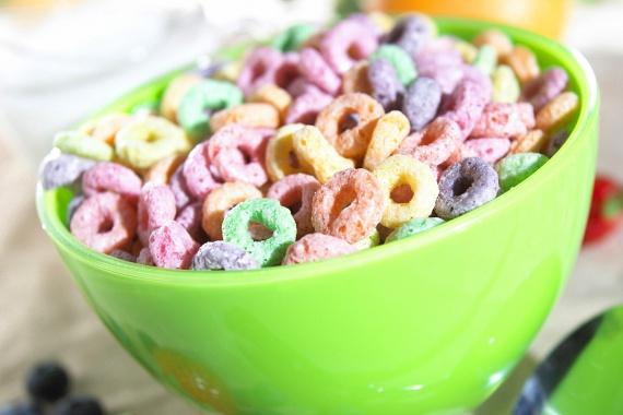 A mesterséges adalékanyagok között érdemes megemlíteni az ételfestékeket is, ijesztő összefüggés például, hogy a mesterséges ételszínezékek gyártásának drasztikus mértékű növekedésével egyenes arányban nőtt meg gyermekek esetében a hiperaktivitás és más viselkedésproblémák előfordulása. Sokan a karcinogén, vagyis a rákkeltő hatást is megemlítik az ételfestékekkel kapcsolatban, érdemes ezért tisztában lenni azzal a jobb félni, mint megijedni elmélet jegyében - még ha ezen hatások még nem bizonyítottak maradéktalanul -, milyen élelmiszerekben lehetnek jelen meglepő módon. Kattints ide, ha többet szeretnél tudni!