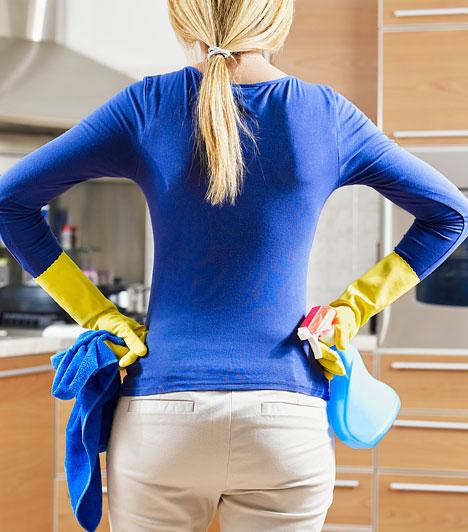 Fenol - bútorfényA legtöbb, boltban kapható bútorfény veszélyes anyagokat, például fenolt tartalmaz. A fenol a levegővel érintkezve csillogó, fényes felületté szilárdul, viszont így a bútorfény használat után akár napokig is irritáló gázokat bocsájthat ki, a fenol pedig belélegezve kellemetlen tüneteket, extrém esetekben akár máj- vagy vesekárosodást is okozhat.
