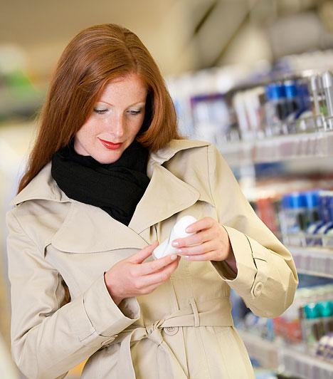 Alumínium - dezodorNem telik el úgy nap, hogy ne fújnád be magad dezodorral? Érdemes megfontolnod, hogy mikor és milyen izzadás elleni készítményt használsz. A német ÖKO-Test magazin tesztje az izzadásgátlók gyakori bőrirritáló hatásáról tanúskodik. A kutatások arra az eredményre vezettek, hogy a dezodorokban található alumínium eltömíti a pórusokat.