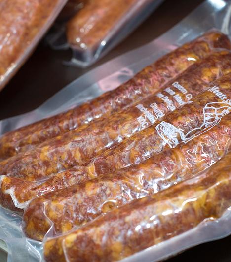 Nitritek és nitrátok - pácolt húskészítményekA pácolt húskészítmények állandó alkotói. Egészségedet súlyosan veszélyeztető vegyületcsoport, hiszen a vér károsításával annak oxigénszállító képességét csökkentik, valamint a belőlük képződő nitrózamin karcinogén.Kapcsolódó cikk:A legveszélyesebb adalékanyagok listája »