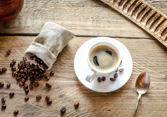 A kávé is a savas italok közé sorolható, hiszen nemcsak koffeint tartalmaz, hanem csersavat, más néven tannint is, ami úgy hat a szervezetre, hogy kitágítja az ereket. Napi egy csésze fogyasztása még előnyös lehet, de túlzásba nem szabad vinned!