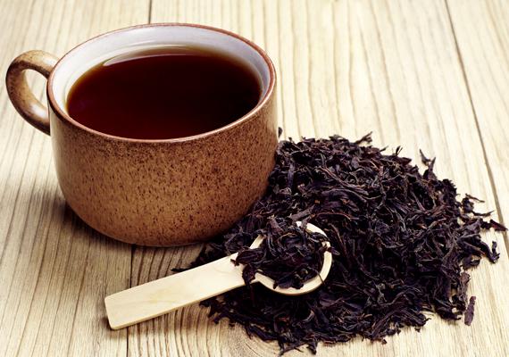 A fekete teában szintén van csersav, éppen ezért csak mértékkel ajánlott fogyasztanod. Ha szeretnéd elkerülni, hogy gondot okozzon, akkor ihatsz helyette zöld teát - de itt is vigyáznod kell a napi limittel.