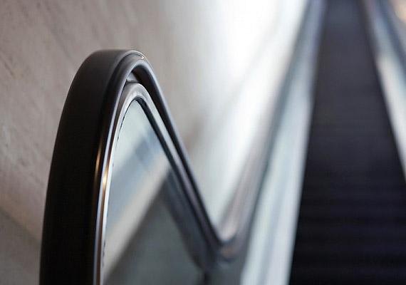 A mozgólépcsők gumiszalagjában sokan kapaszkodnak - épp ezért milliónyi kórokozó lehet rajtuk.
