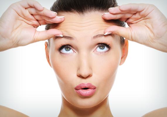 Száraz bőr, cserepes ajkakHiába kened hidratálóval a bőröd, mégis folyton száraz, és az ajkaid is cserepesek? Ez biztos jele annak, hogy túl kevés vizet iszol. Ez hosszú távon ráncosabb bőrt eredményez, ezért ajánlott a belső hidratálás.