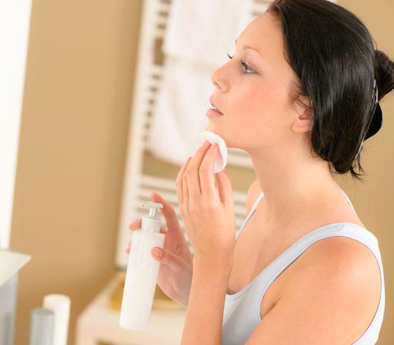 SminklemosóHa nem sminkelsz minden nap, akkor is használj mindenképpen hidratálót a sminklemosó után, mivel az arctisztító kozmetikumok eltávolíthatják a bőr természetes faggyúrétegét, így szükségessé válik, hogy pótold a bőr nedvességtartalmát biztosító réteget.