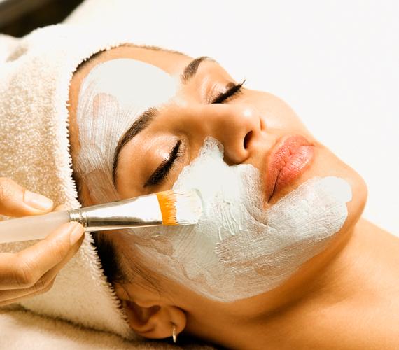 Pakolás lemosása A tápláló pakolások, amelyek a hatóidő alatt kiszáradnak, nemcsak hatóanyagokkal látják el arcbőrödet, de lemosáskor enyhe radírként is funkcionálnak. Ez nagyon jót tesz a bőrödnek, de miután alaposan lemostad a pakolást, kend be arcodat a hidratálóddal.