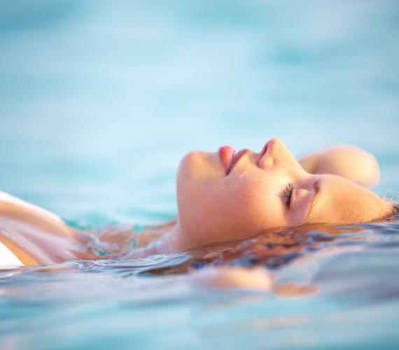 UszodaAz úszás az egyik legjobb sport, amely fogyaszt, formálja az alakod, és még a tartásodnak is jót tesz, ugyanakkor a klóros víz kiszárítja bőrödet, ezért miután lemostad az uszoda vizét a zuhanyban, kend be magad hidratálóval.