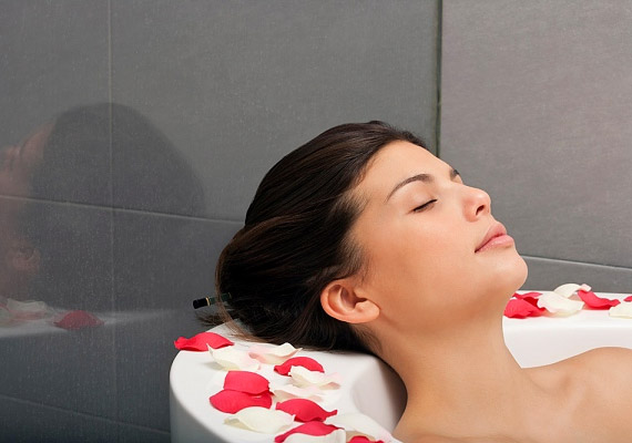 Ne sajnáld az időt a pihenésre, relaxálásra! Érdemes naponta legalább 10-15 percre kikapcsolnod, ha szeretnéd csökkenteni a stressz életedet rövidítő hatását. Egy forró fürdő, illetve meditációs zene hallgatása segíthet az ellazulásban és az egymást kergető gondolatok leállításában.