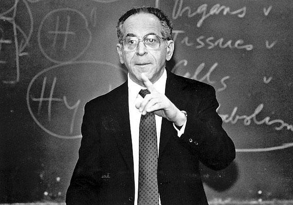 Szász Tamás István (1920-2012) pszichiáter és akadémikus 1938-ban emigrált az Amerikai Egyesült Államokba. Nézeteinek alapját képezi a gondolat, miszerint mindenkinek megvan a joga saját testének, pszichéjének birtoklására, a kényszermentes létre. Hosszú életének titka talán ezekben, a gyógyításban is alkalmazott elképzeléseiben keresendő.