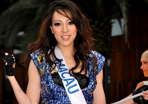 Makaó Kína különleges igazgatású területe az ország délkeleti partjainál. Lakossága több mint 520 ezer - ezzel Monaco után a Föld második legsűrűbben lakott területe -, a születéskor várható átlagos élettartam pedig 84,48 év. A hosszú életkor nagyrészt az állam gazdagságával függ össze: az egy főre eső nemzeti jövedelem több mint 17 ezer dollár. A képen Winnie Sint, a 2012-es Miss Macaót láthatod.