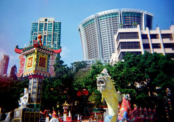 Hongkong a Kínai Népköztársaság 263 szigetből álló városállama. Bár területe mindössze Budapest kétszerese, körülbelül hétmillió ember lakja. A zsúfoltság ellenére a nők születéskor várható élettartama 85,71 év - ez elsősorban a jó egészségügyi rendszernek köszönhető. A gyarmati időszak jelentősen befolyásolta Hongkong fejlődését, gyakran mondják róla, hogy benne találkozik Kelet és Nyugat.
