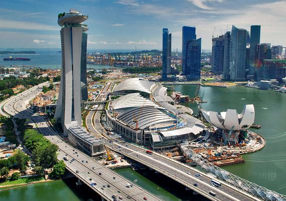 Szingapúr lakói nem csupán hosszú életűek - a nők születéskor várható átlagos élettartama 87,7 év -, de nemzetközi felmérések szerint itt követik el a legkevesebb bűntényt a világon. Az ország egészségügyi rendszerét ma a világon a leghatékonyabbak között tartják számon.