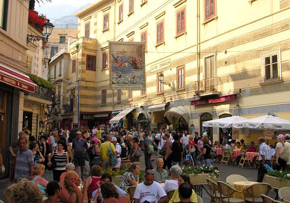A 2012-es adatok alapján Olaszország az ötödik leghosszabb átlagéletkort ígérő európai ország. Egy ma született itáliai gyermek a statisztikusok szerint 81,86 évre számíthat. Ez magas szám köszönhető többek között a zöldségekben, gyümölcsökben gazdag olasz konyhának, a minőségi boroknak, valamint az erős családcentrikusságnak.