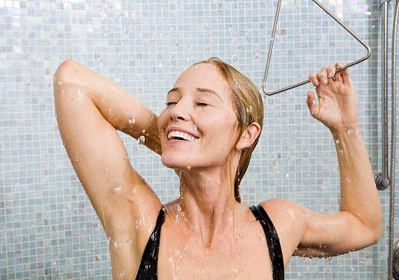 Zuhanyozz le napközben minél többször langyos vízzel. Utána ne törölközz meg, hagyd, hogy megszáradj - a párolgás hűti majd a tested.