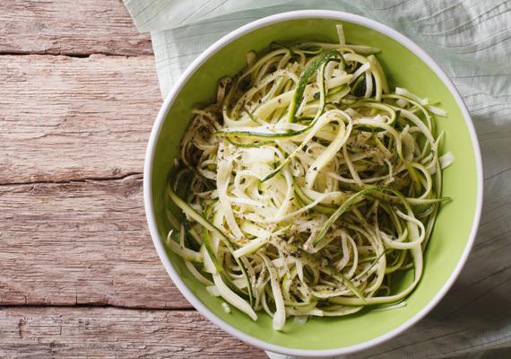 Imádod a tésztaféléket? A fehér lisztes változat sajnos nem túlzottan egészséges, ráadásul magas glikémiás indexe miatt gyorsan meg is éhezik utána az ember. A szervezetedre sokkal jobb hatással lesz, ha durumtésztát választasz, ha azonban kipróbálnál valami különösen egészséges megoldást, készíts cukkinitésztát spagettialapnak. Semleges íze miatt bármilyen szószhoz remek választás, és természetesen jóval egészségesebb is ez a magas vitamin- és víztartalmú zöldség.