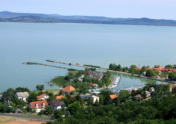 A Balaton déli partján, a Nagy-berek mellett fekvő Fonyódra is érdemes ellátogatni, ha jó levegőre vágysz.