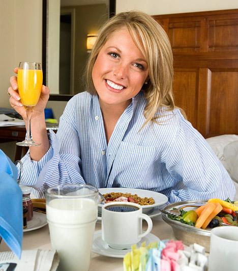 Reggeli  Az év minden napján fontos, hogy reggelizz, de tavasszal, amikor a fáradtság erőt vesz rajtad, talán még lényegesebb. Ha szervezeted nem kap lendületet a nap kezdetén, értelemszerűen nehezebben látod el feladataidat, kimerült leszel.  Kapcsolódó cikk: Íme, a világ 8 legegészségesebb reggelije »
