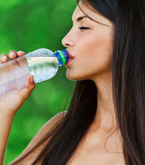 FolyadékpótlásA megfelelő mennyiségű folyadék fogyasztása az év minden szakaszában rendkívül fontos. Tavasszal nem gond, ha az ajánlott 2-2,5 liter folyadéknál kicsivel többet iszol. Segít megszabadulni a tél során felgyülemlett méreganyagoktól.Kapcsolódó cikk:Mennyi folyadékot iszol? »