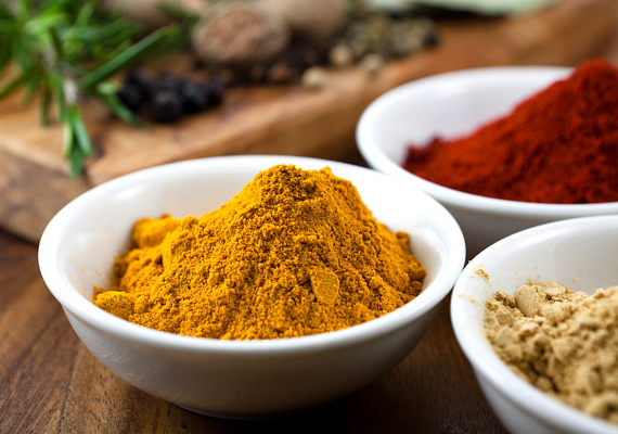 A különböző fűszerek, mint például a kurkuma, a fahéj, a szegfűszeg vagy a porított gyömbér, tele vannak antioxidánsokkal, amelyeknek köszönhetően felerősítik a szervezet védekezőképességét. Emellett serkentik a vérkeringést, és gyorsítják a gyógyító-méregtelenítő folyamatokat. Reszelj le egy almát, és szórd meg kedved szerint fűszerekkel! Ebben a cikkünkben egy extrahatékony baktériumölő, fűszeres ital receptjét találod.