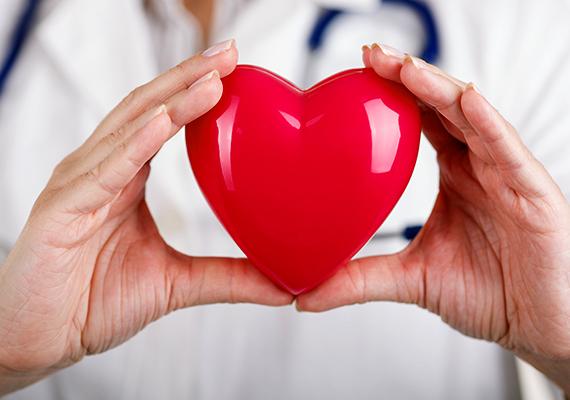 A betegség a szívet is megterhelheti, amellett például, hogy a gyulladás által befolyásolja a véralvadást, ezáltal pedig vérrögképződéshez is vezethet, súlyos szövődménye lehet a szívizomgyulladás is.