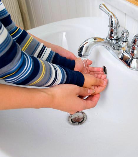 Kézfertőtlenítés  A tömegközlekedési eszközök fogantyúi, a kilincsek, illetve minden olyan tárgy melyet naponta száz és száz kéz érint, hemzsegnek a baktériumoktól. Figyelj rá, hogy napközben minél ritkábban érintsd az arcodat, és amilyen gyakran csak lehet moss kezet, illetve legyen a táskádban antibakteriális kézfertőtlenítő.  Kapcsolódó galéria: 10 veszélyes hely, ahol hemzsegnek a kórokozók »