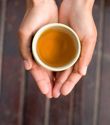 Méregtelenítő tea  Ősz végén és télen már nem érdemes drasztikusabb méregtelenítő kúrába fognod - hiszen szervezeted átmeneti legyengülésével épp az ellenkező hatást érheted el. Ugyanakkor érdemes naponta meginnod egy-egy csésze méregtelenítő teát. A csalán, a pitypang vagy a zöld tea egyaránt jó választás!  Kapcsolódó cikk: Napi egy pohár zöld tea tüdőrák ellen - Így készítsd el! »