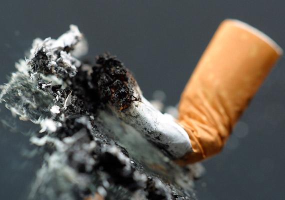 A dohányzás nem csupán irritálhatja a nyálkahártyát, de a C-vitamint is elvonja a szervezetedtől, így duplán felel az ínyvérzésért. Tedd le a cigit!