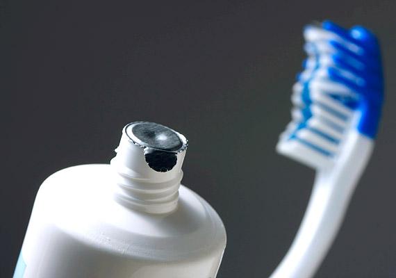 Válassz ínyvérzés elleni speciális fogkrémet. Korábbi cikkünkben további információkat szerethetsz a legjobb termékekről.