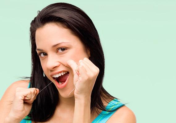 A fogselyem mindennapos használata rendkívül fontos, hiszen segítségével olyan helyekről távolíthatod el a gyulladást okozó ételmaradékot, ahonnan fogkefével nem.