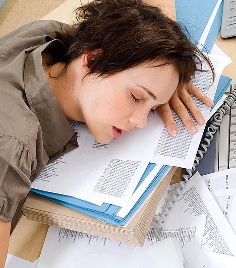 Alvászavar                         A felfokozott életritmusnak és a növekvő munkahelyi terheknek köszönhetően az éjszakai nyugalmad is veszélybe kerülhet. Ha este nem tudsz elaludni, mert a szakmai teendőkön kattog az agyad, ha reggel a kelleténél korábban ébredsz, napközben állandóan álmos vagy, talán alvászavarral küzdesz.                         Kapcsolódó cikk:                         A napi 10 órás munka egészségügyi következményei »