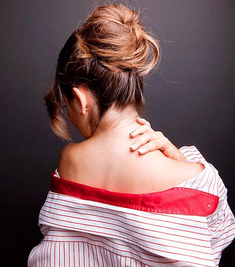 Porckorongsérv  Ha a porckorongok megkopnak, a külső rostos részük könnyebben berepedezik, és a belső kocsonyás anyag kimozdul a helyéből. Ilyenkor a kitüremkedett sérv nyomja a gerincoszlop idegeit, akadályozva ezzel a törzs tartóoszlopának stabilitását. Ezt a folyamatot nagyban elősegíti a mozgásszegény életmód és az ülőmunka.  Kapcsolódó cikk: 2 súlyos betegség az állandó zsibbadás hátterében »