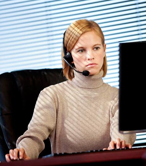 Monitor  A monitoron megjelenő betűk körvonalai nem olyan élesek, mint a papírra nyomtatott szövegé. Szemed épp ezért nehezebben tud fókuszálni, tehát az olvasás megerőltetőbb számára. Az erőlködéstől égni kezd, könnyebben elfárad. Fontos, hogy óránként tarts öt perc szünetet, valamint a monitor a tekintési irány alatt helyezkedjen el - a szemsík alatt. Ezáltal a felső szemhéj jobban fedi a szaruhártyát, és védelmet biztosít.  Kapcsolódó cikk: A monitor-betegségek első tünetei »