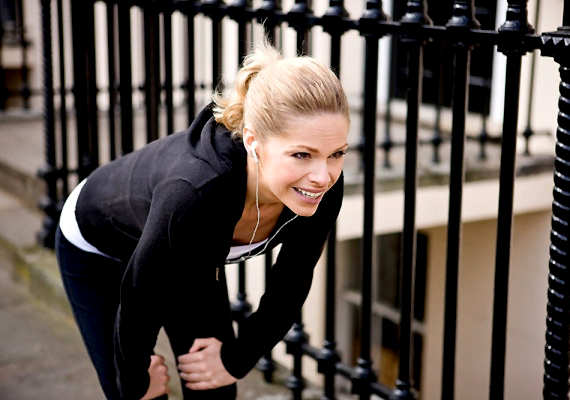 Ha csak enyhe izomlázról van szó, nyugodtan sportolhatsz. Szakértők szerint így hamarabb túljutsz rajta.